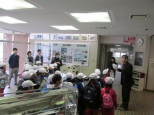 広島大学附属小学校1年生の児童らが当センターを見学されました (2017/11/28)